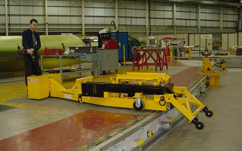 El empuajdor PowerTug personalizado colocando los soportes de elevación en secciones del ala del Airbus