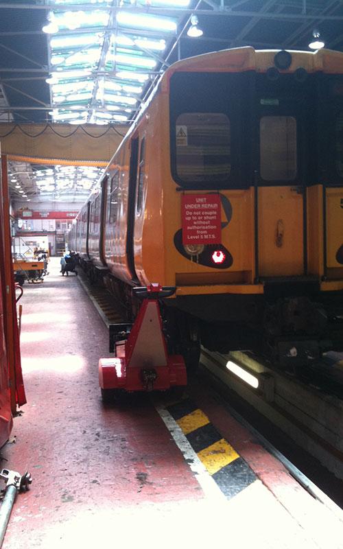 El empujador Dual Motor Super Power Pusher empujando vagones en MerseyRail