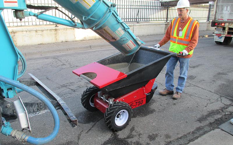 Utilizando la carretilla eléctrica para mover el hormigón del camión de reparto a pequeñas obras internas