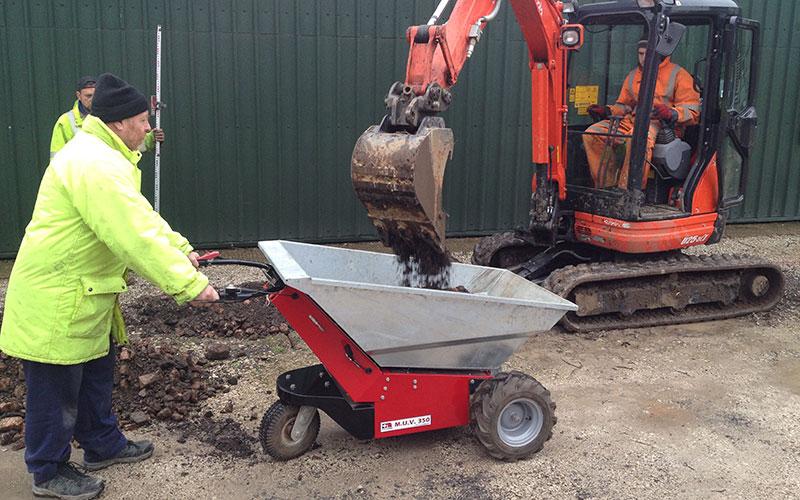 La carretilla eléctrica MUV cargada por una mini excavadora