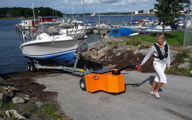 El remolcador HD Trailer Mover, remolcando un barco de 2.000 kg en Suecia