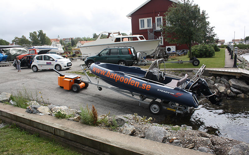 El equipo HD Trailer Mover lanzando un barco de 1.000 kg desde la grada