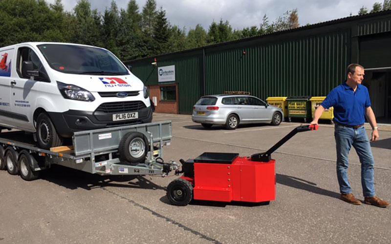Utilizando el HD Trailer Mover para mover un remolque Ifor Williams de 2.500 kg y triple eje, cargado con una furgoneta Ford Transit