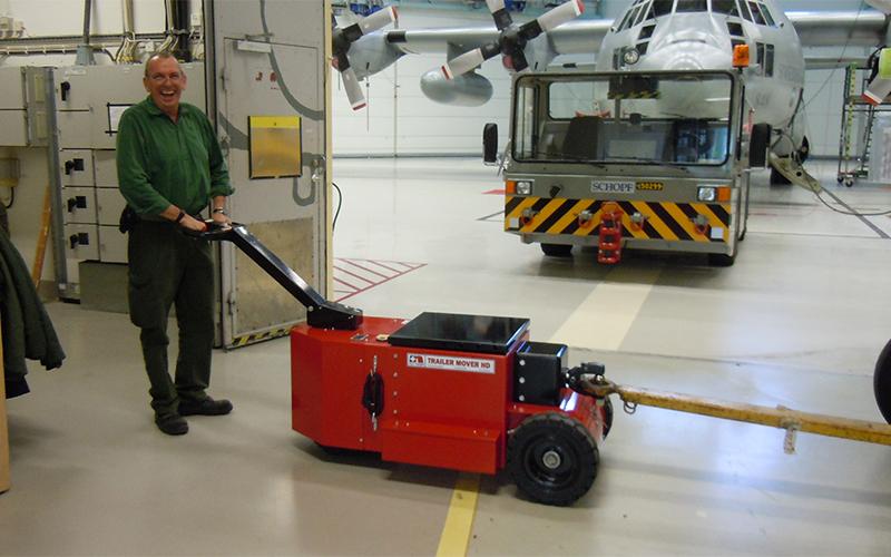 El equipo de apoyo en tierra, como los APU, los bombines de agua y combustible y los escalones de acceso, se pueden remolcar dentro del hangar, utilizando el HD Trailer Mover equipado con un enganche de remolque de la OTAN