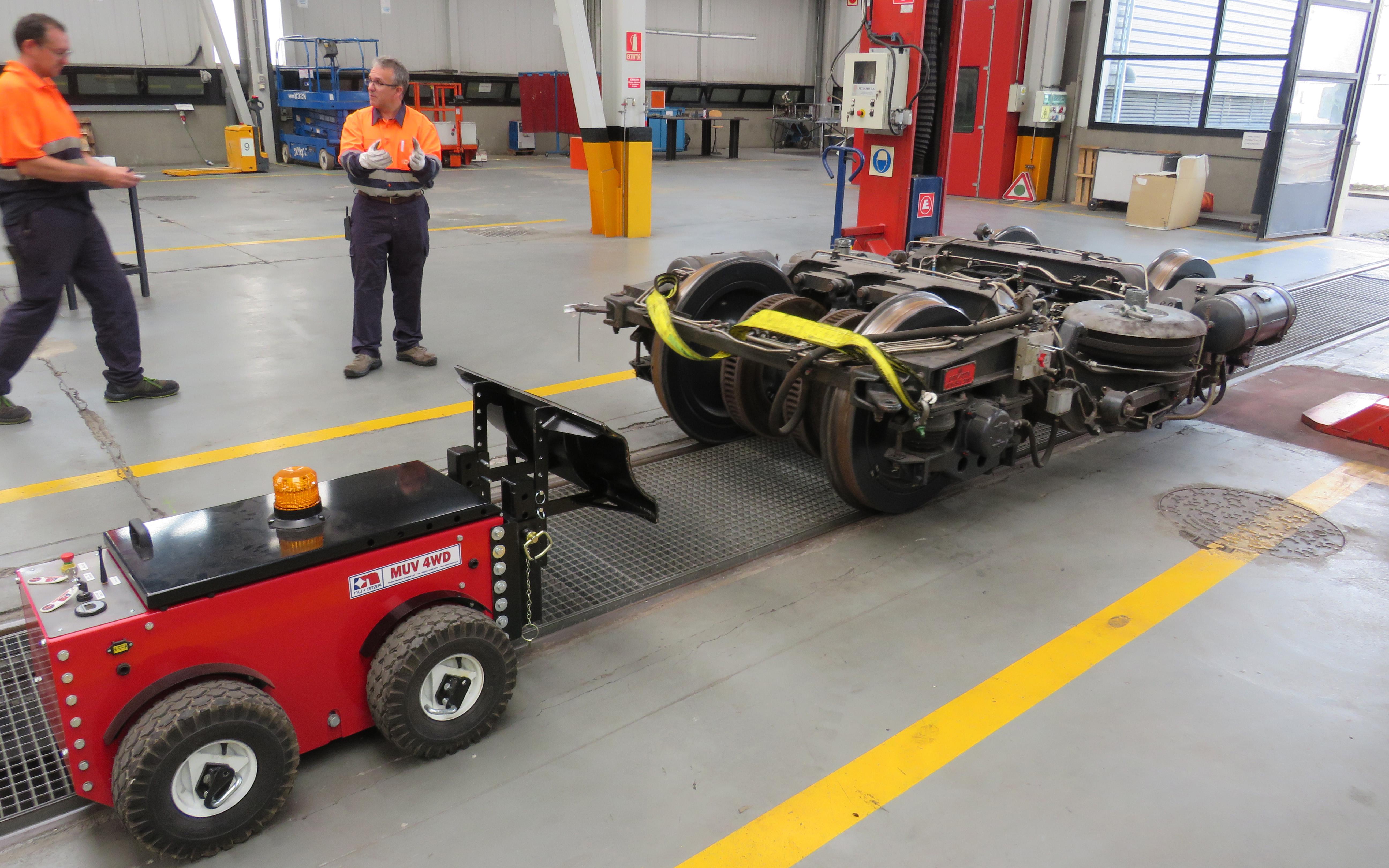 El remolcador eléctrico MUV 4WD controlado por radio, utilizado para mover bogies en los raíles de metro de un taller de mantenimiento