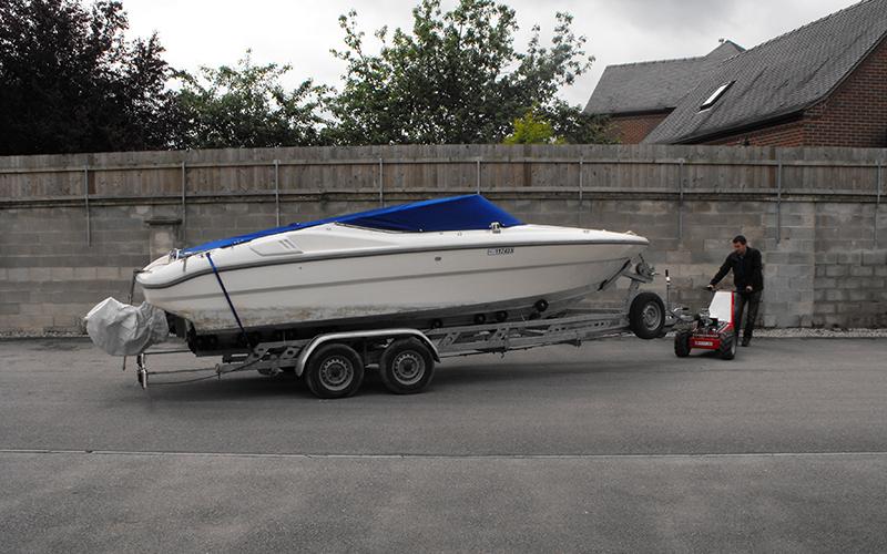 Utilizando el MUV Trailer Mover de doble eje para remolcar un barco de 2.000 kg