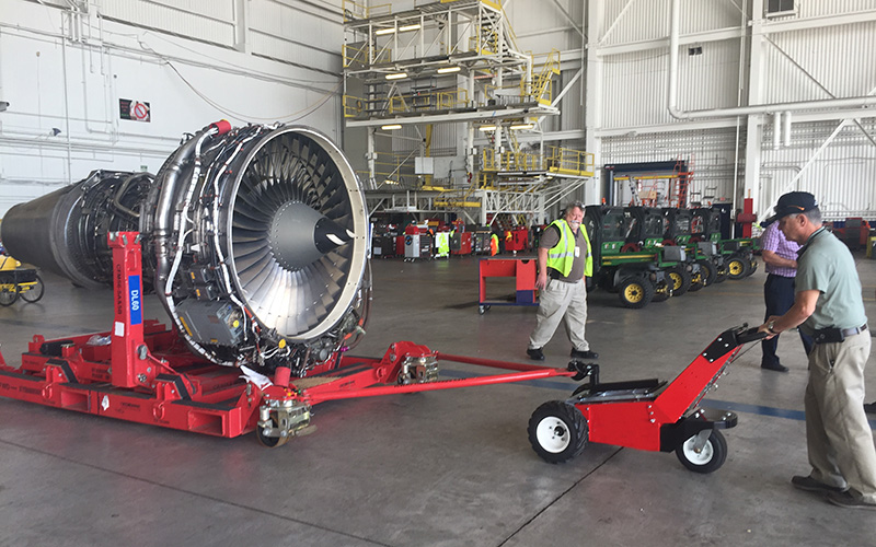 El remolcador MUV Trailer Mover con Pintle Hitch, moviendo la cuna de un motor Aero