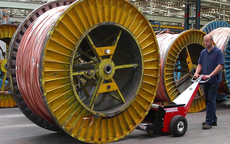 El empujador Power Pusher de bobinas empujando una bobina de cables de 9.000 kg en Prysmian Cables.