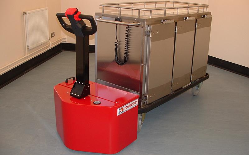 El empujador PowerTug moviendo el carrito de comida caliente Corsair de 1.000 kg de una cárcel