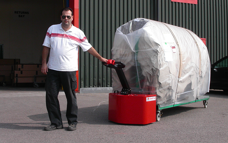 El empujador PowerTug moviendo 2.000kg de pieles de cuero en el carro con marco 'A' en Eagle Ottawa