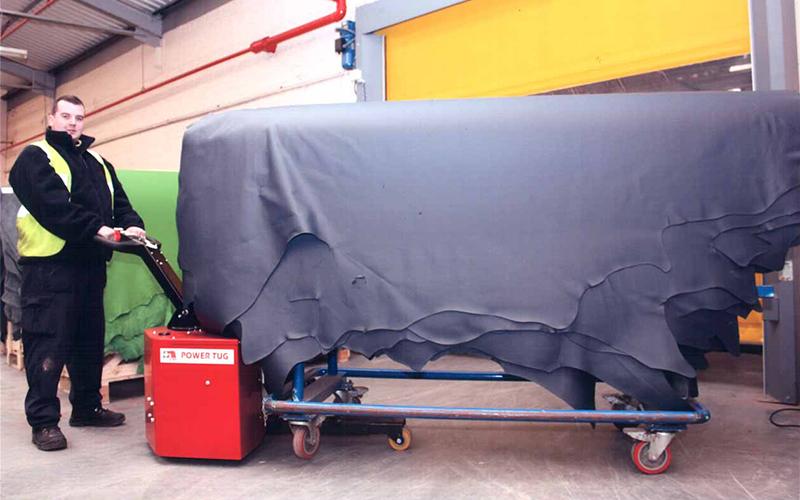 El empujador PowerTug moviendo 2.000 kg de mechones de cuero en una curtiduría escocesa