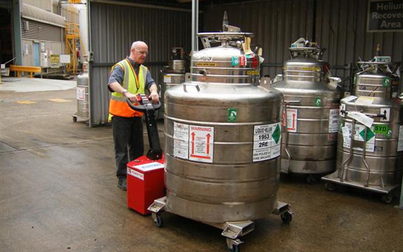 El empujador PowerTug moviendo un recipiente de helio líquido de 1.500 kg para BOC