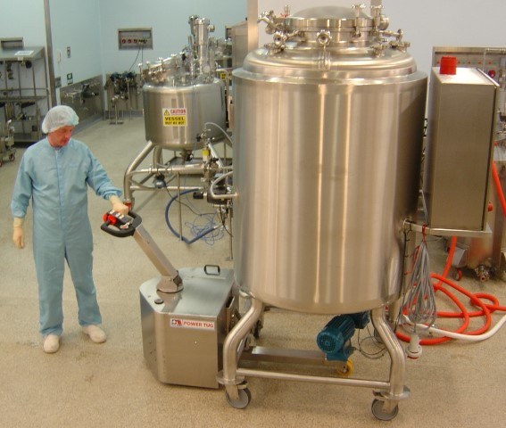 El empujador de acero inoxidable PowerTug 316 DP moviendo recipientes de mezcla en un laboratorio farmacéutico
