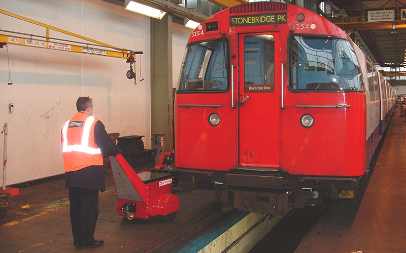 El empujador Super Power Pusher empujando el material rodante en el depósito de mantenimiento subterráneo del parque Stonebridge de Londres
