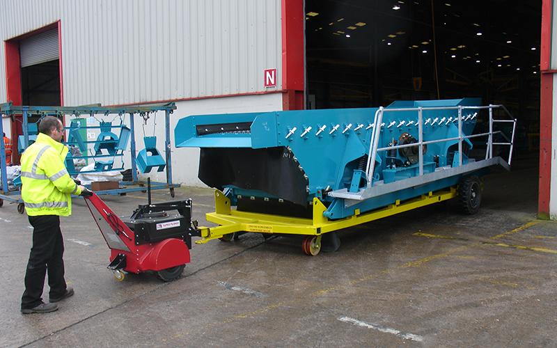 El empujador Super Power Pusher con brazo de dirección, moviendo cajas de pantalla de 6.500 kg para Terex-Powerscreen