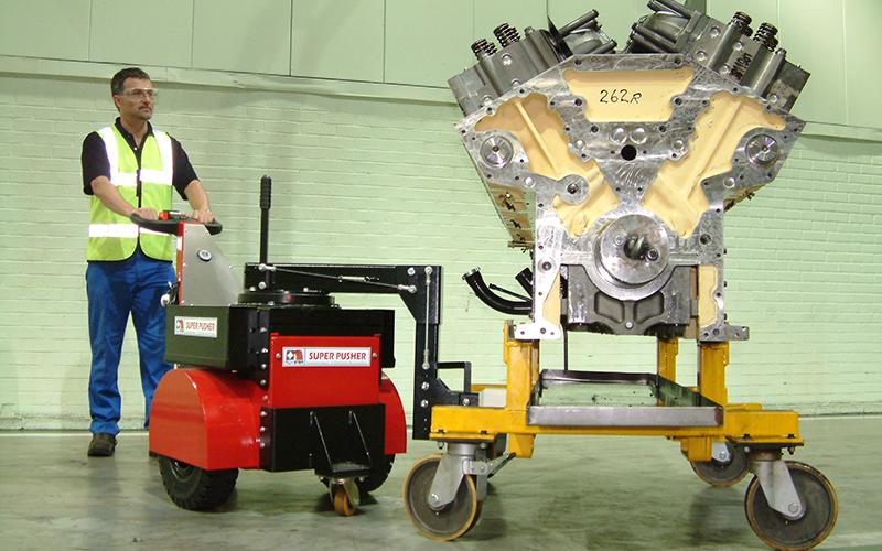 El empujador Super Power Pusher con brazo de dirección, moviendo un motor diesel Cummins de 7.000 kg