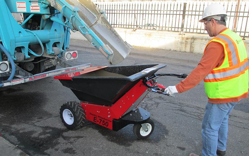 Utilizando la carretilla eléctrica MUV para transportar hormigón desde un camión de reparto en carretera