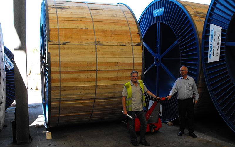 El empujador de bobinas de doble motor empujando bobinas de cable de 60.000 kg