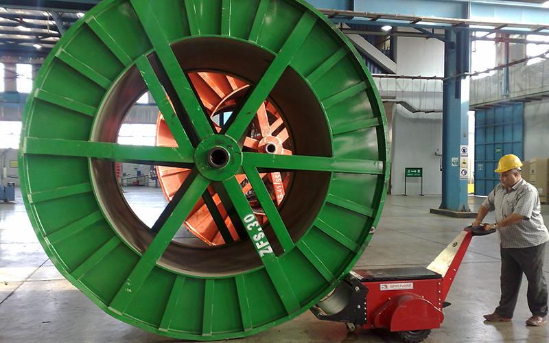 El empujador de bobinas de doble motor empujando bobinas de cable de 40.000 kg en cables ElSewedy
