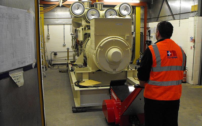 El empujador Super Power Pusher de doble motor empujando el motor diésel del grupo electrógeno en patines, dentro de la cámara de prueba