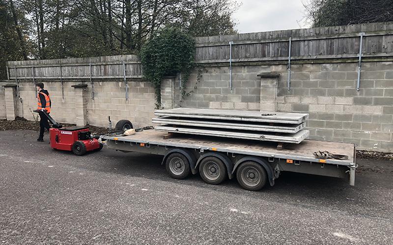 Remolque de triple eje para Williams cargado con paneles de hormigón. Peso bruto 4.500 kg