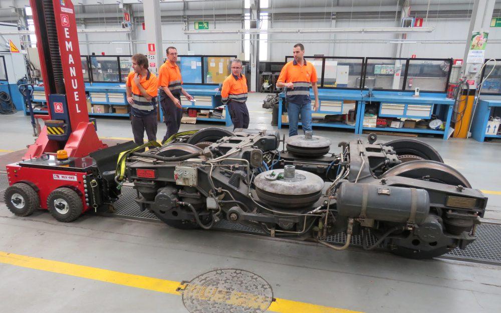 Moviendo bogies en railes de metro con el remolcador eléctrico MUV 4WD