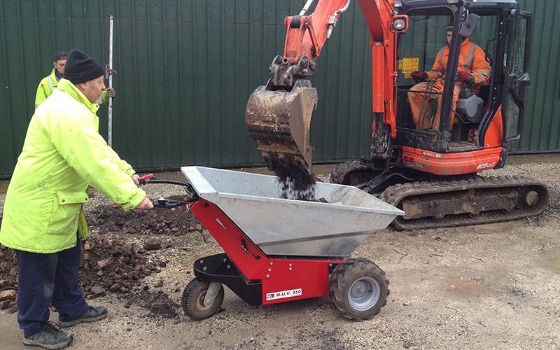 Usando una mini excavadora para cargar la carretilla eléctrica MUV