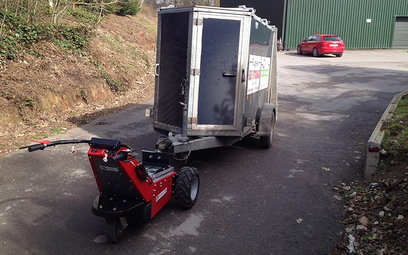 El remolcador MUV - Trailer Mover remolcando 1.000 kg de eje simple con inclinación de 10 grados
