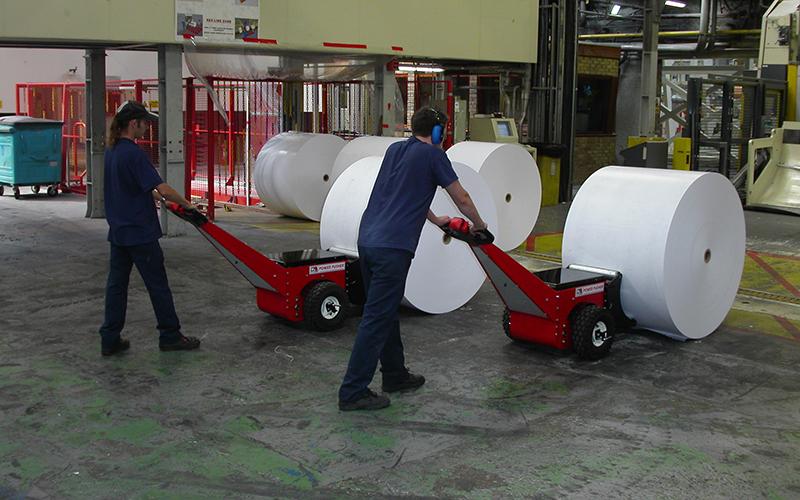 El empujador de bobinas Power Pusher empujando carretes de papel en M-real