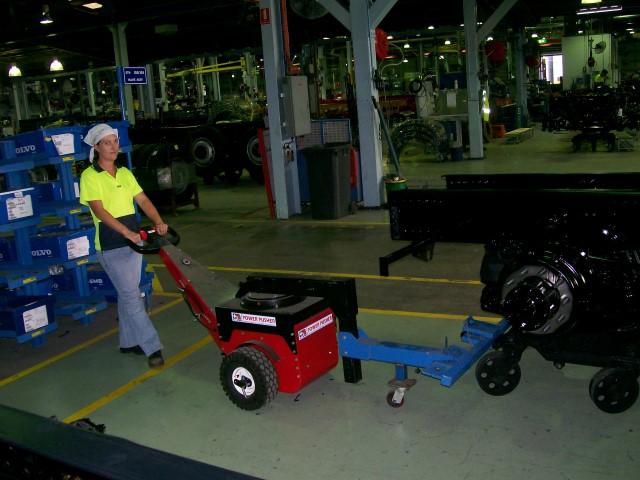 El empujador Power Pusher empujando el chasis del camión en patines en camiones Volvo