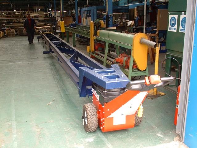 El empujador Power Pusher, moviendo barras de acero desde el punto de descarga del vehículo al almacén