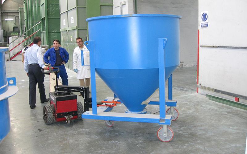 El empujador Power Pusher con brazo de dirección, moviendo un carro móvil de gránulos de polímero en Govesan
