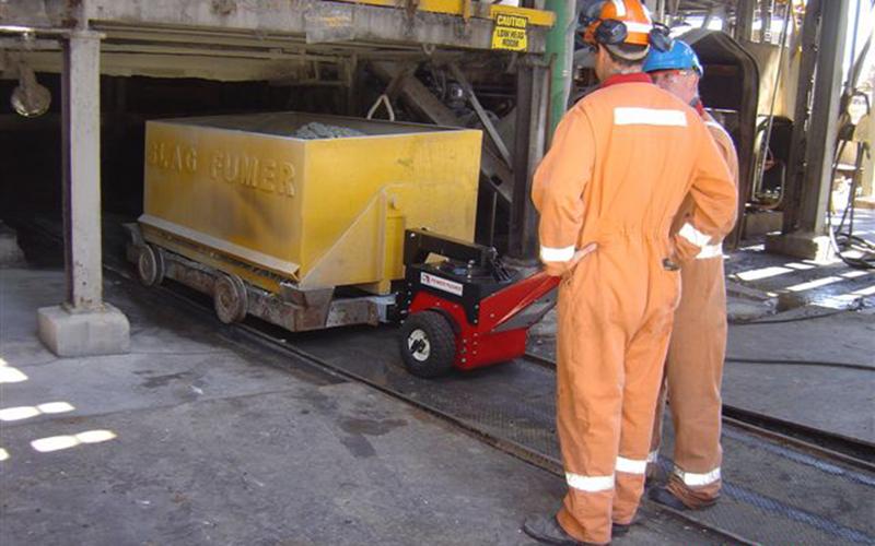 Un empujador Power Pusher tirando un carro de desechos en la planta de procesamiento de zinc Nyrstar, Port Pirie