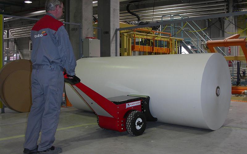 El empujador de bobinas Power Pusher empujando un rollo de papel de 5.000 kg para Stora Enso Kvarnsveden