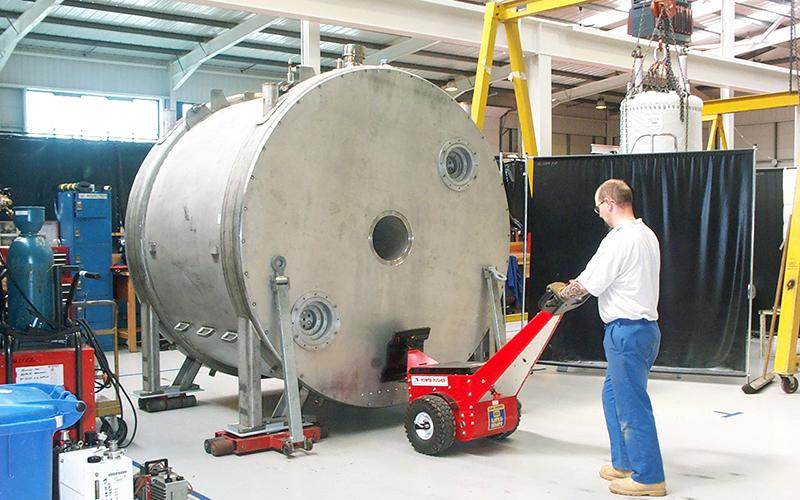 El empujador Power Pusher empujando un gran imán MRI montado en patines para el fabricante del escáner MRI