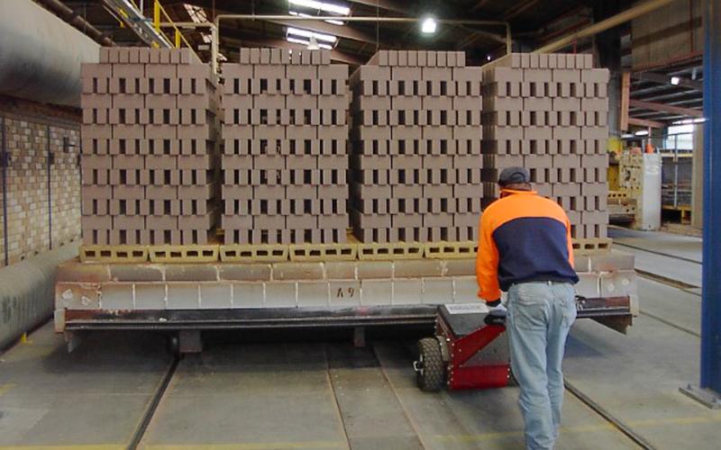 El empujador Power Pusher moviendo un horno de ladrillos para Austral Brick