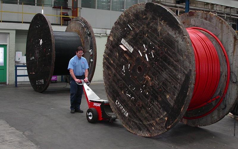 El empujador de bobinas Power Pusher empujando una bobina de cable de madera en Prysmian Wrexham