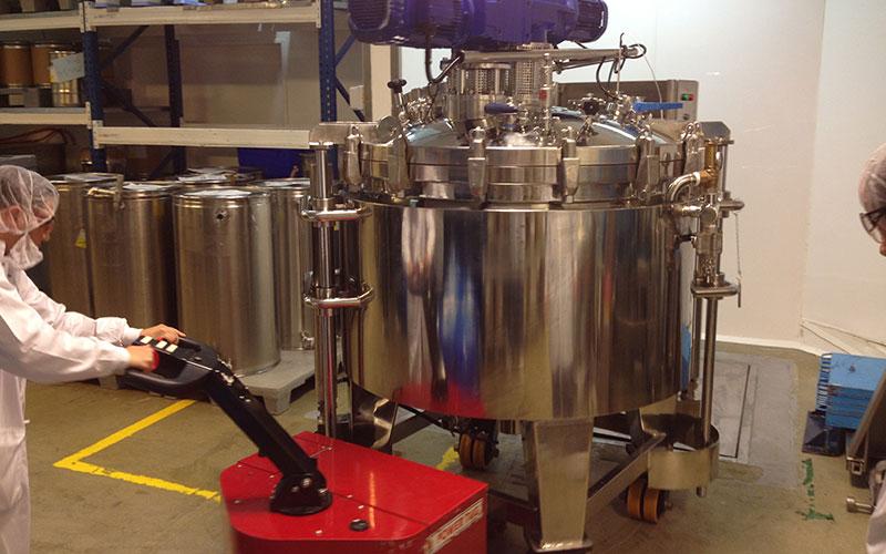 El empujador PowerTug moviendo un recipiente de 3.500kg para Teva Pharmaceuticals