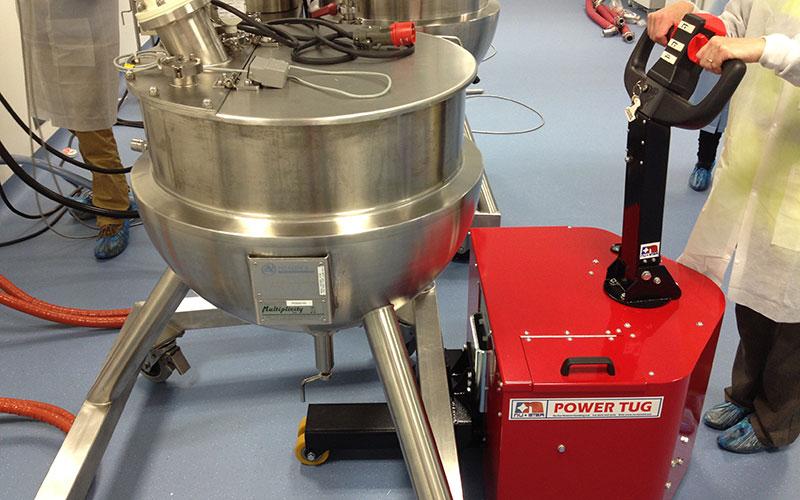 El empujador PowerTug moviendo un recipiente de mezcla de 1.000kg en Derma Laboratories