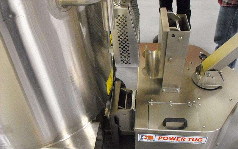 El empujador PowerTug de acero inoxidable conectado a un recipiente de mezcla farmacéutica de 2.000kg