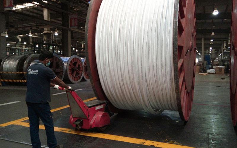 Empujando una bobina de cable de 30.000 kg en Alfanar Electric