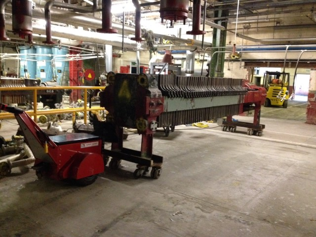 El empujador Super Power Pusher empujando equipos pesados en patines en Courtaulds