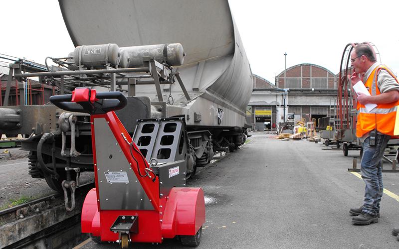 Un empujador Super Power Pusher empujando un vagón de 30.000 kg en SNCF en Francia