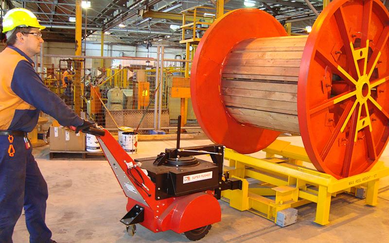 El empujador Super Power Pusher con brazo de dirección, moviendo una bobina de alambre de 10.000 kg en One Steel