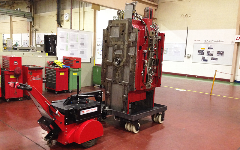 El empujador Super Power Pusher HW con brazo de dirección, moviendo 12.000 kg de herramientas de prensa móvil en Denso Automotive