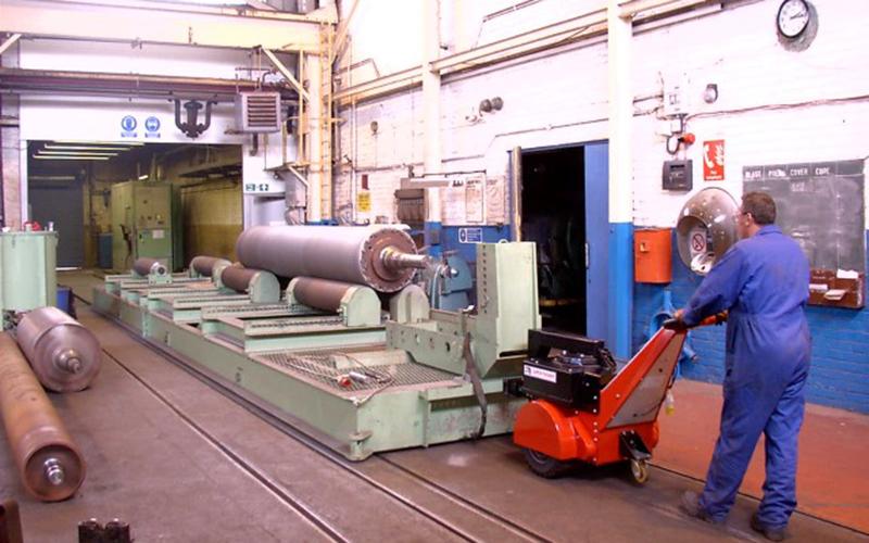 El empujador Super Power Pusher moviendo una carretilla de 55.000 kg con rollos dentro y fuera de la cabina de granallado