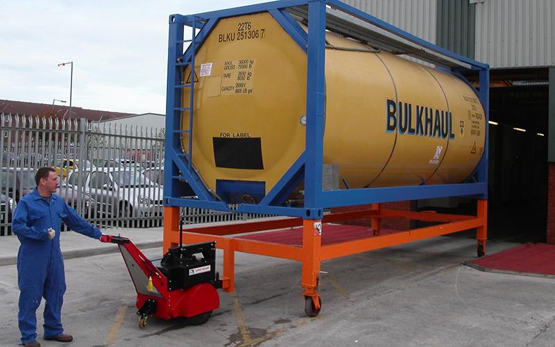 El empujador Super Power Pusher con brazo de dirección, moviendo el contenedor químico ISO dentro y fuera de la bahía de lavado para Bulkhaul