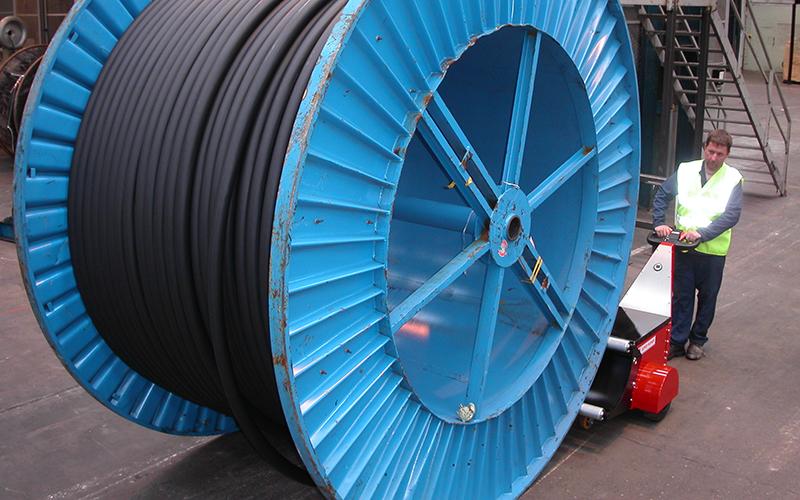 El empujador de bobinas Super Power Pusher empujando una bobina de cable de 20.000 kg en Prysmian Cable
