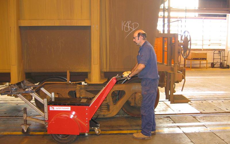 El empujador Super Power Pusher moviendo carros de mineral en la planta de lavado de Rio Tinto en W. Australia