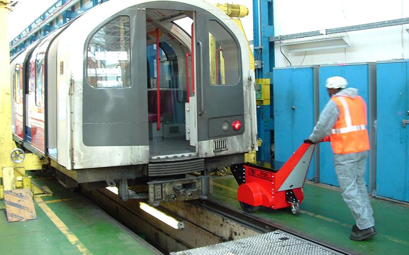 El empujador Super Power Pusher empujando 18.000 kg de material rodante en el depósito subterráneo de Londres Hainault